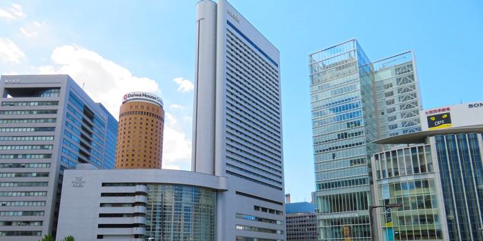 大阪駅前に立ち並ぶ高層ビル群